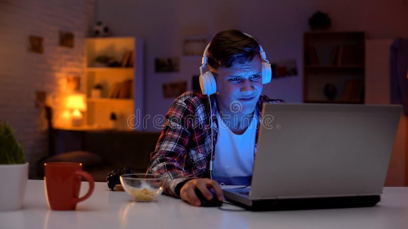 Verlierendes Videospiel des Overemotional jugendlich Jungen, unzul?ngliche emotionale Reaktion, S?chtiger stockfoto