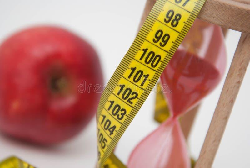 Verlies gewichtsconcept Rode appel en meetlint dichte omhooggaand Vet het Branden en Gewichtsverliesproces stock foto's