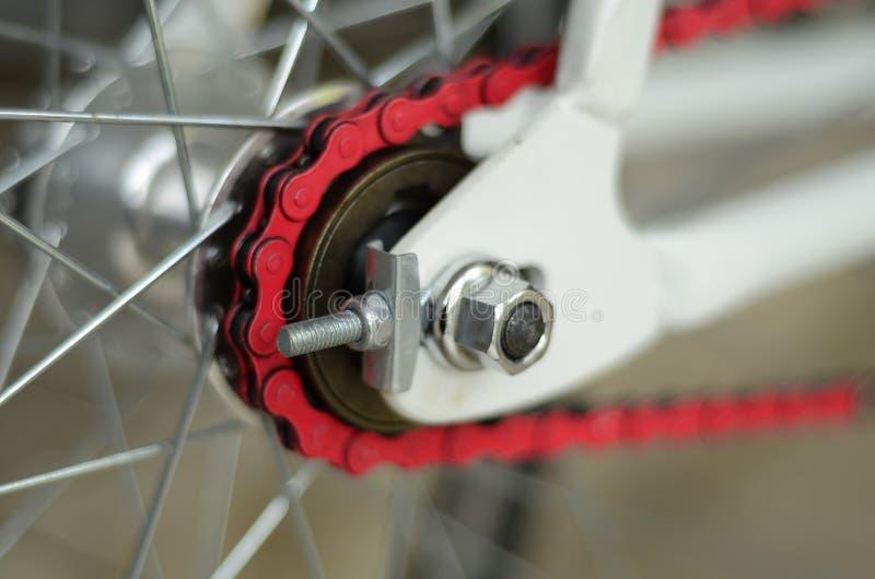 Verlies omhoog op een ketting en de toestellen van de fiets achterband stock foto