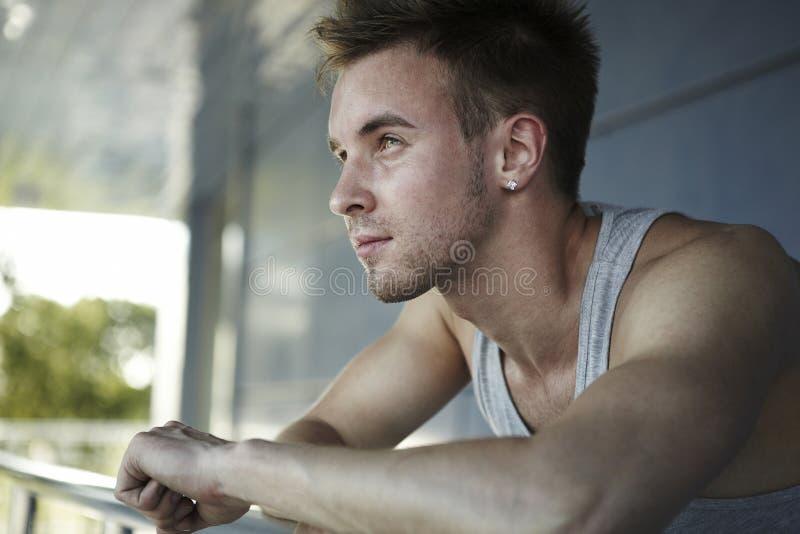 Verliezen-omhooggaand portret Ð ¡ van jong mannelijk model stock afbeeldingen