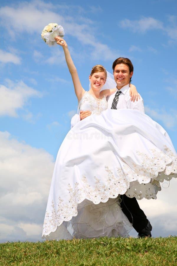 Verlobtes hält Braut auf der Hand an stockbild