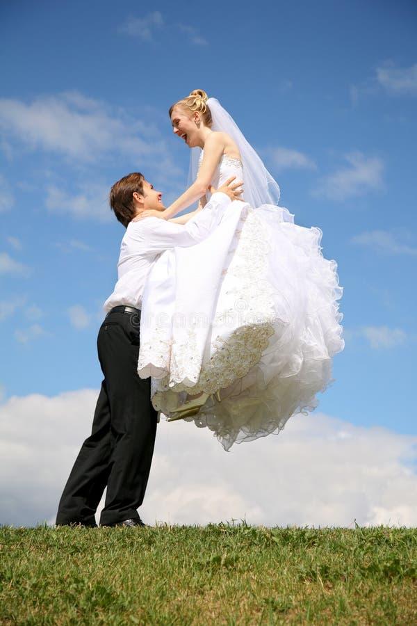 Verlobtes hebt Braut an stockbilder