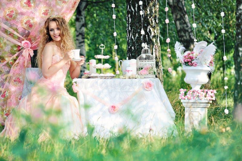 Verlobtes mit einem Blumenstrauß stockfotos