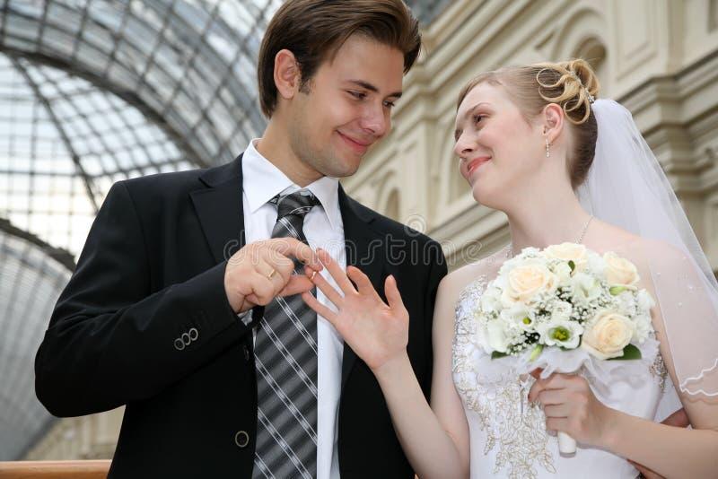Verlobtes setzt ein Ring lizenzfreies stockfoto