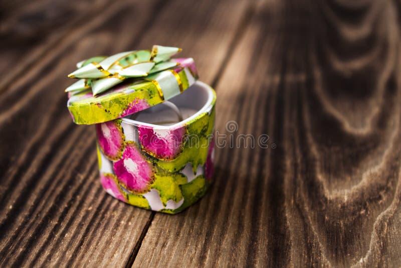 Verlobungsring im Herzen formte Juwelschatulle lizenzfreie stockfotos