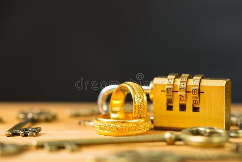 Verlobungsring und Weinleseschlüssel stockfoto