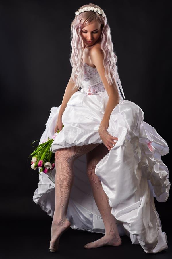 Verlockende Frau in einem Hochzeitskleid stockfoto