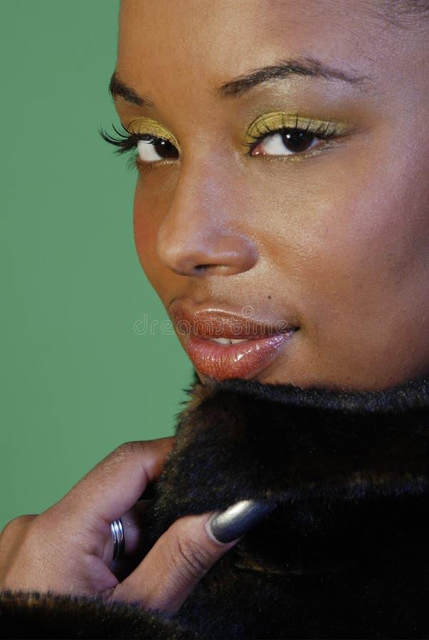 Verlockende Frau im Pelzmantel lizenzfreies stockbild
