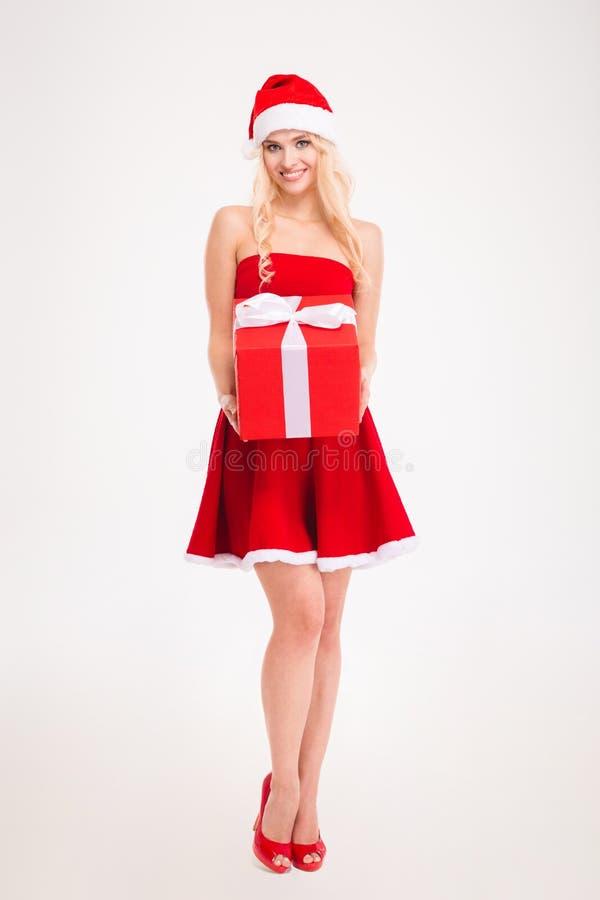 Verlockende junge Frau in rotem Weihnachtsmann-Kleid und -hut stockfoto