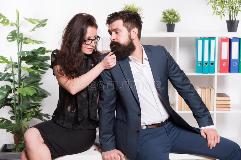 Mann flirtet mit kollegin