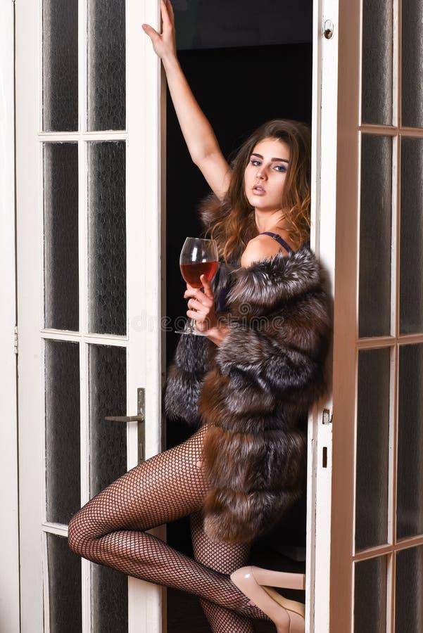 Verlockendes Modell der Frau tragen Luxuspelz- und Auslesewäsche Überzeugt in ihrem Magnetismus Verführungskunstkonzept Mädchen S stockbilder