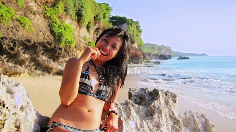 Mädchen lecken den Strand