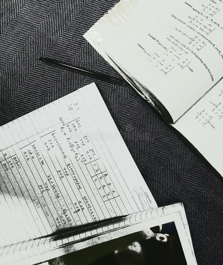 Verloren in der Dunkelheit von Studien lizenzfreies stockbild