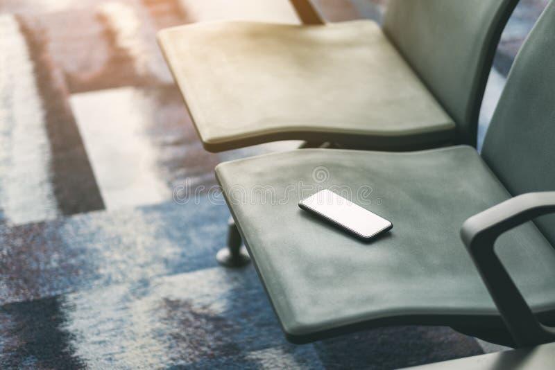 Verloren mobiele telefoon op de luchthavenstoel royalty-vrije stock fotografie