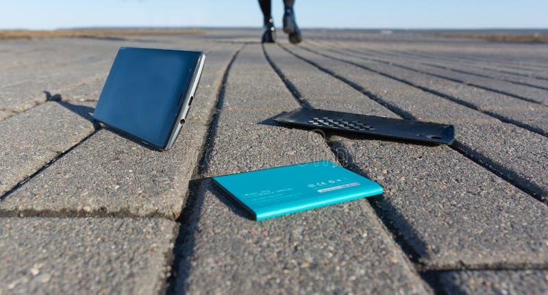 Verloren smartphone op een weg stock foto