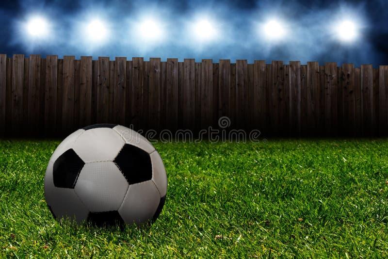 Verloren voetbalbal in de tuin stock foto's