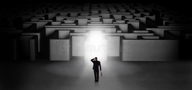 Verloren zakenman die zich bij verlichte labyrintingang bevinden royalty-vrije stock afbeeldingen