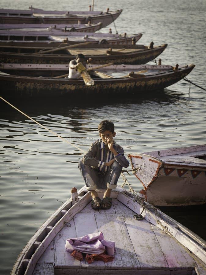 Verloren in Zijn Eigen Kleine Wereld stock foto's