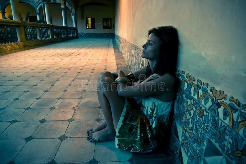 Verlorene junge Frau stockbild