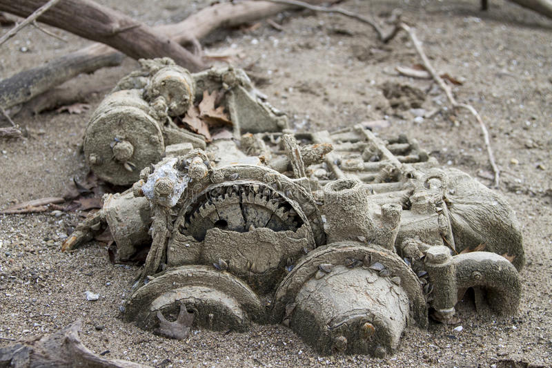 Verlorener innerer Boots-Motor im Sand stockfotos