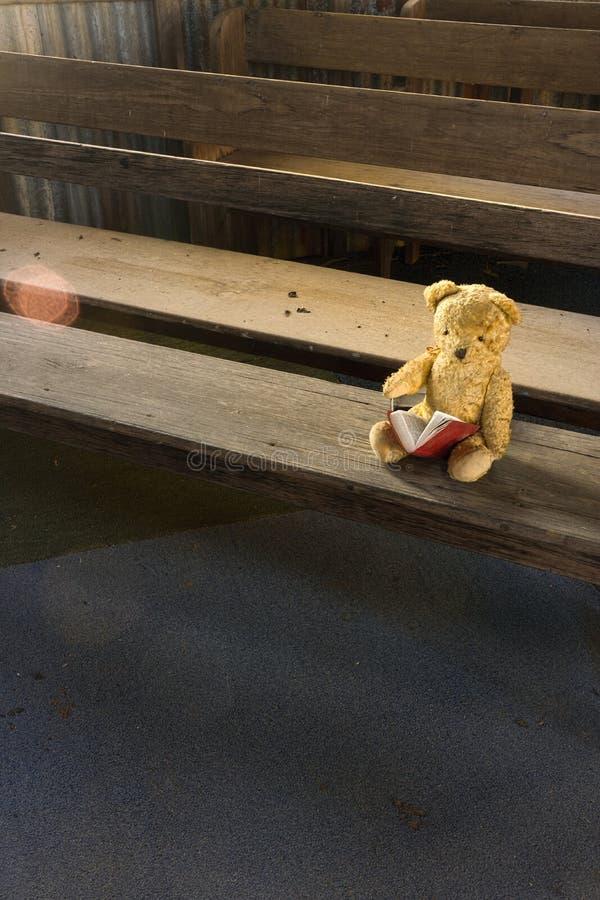 Verlorener Teddy Bear in verlassener alter Kirche lizenzfreies stockbild