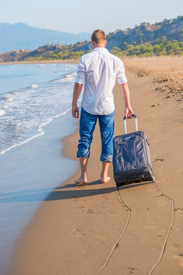 Verlorener Tourist mit einem Koffer lizenzfreie stockbilder