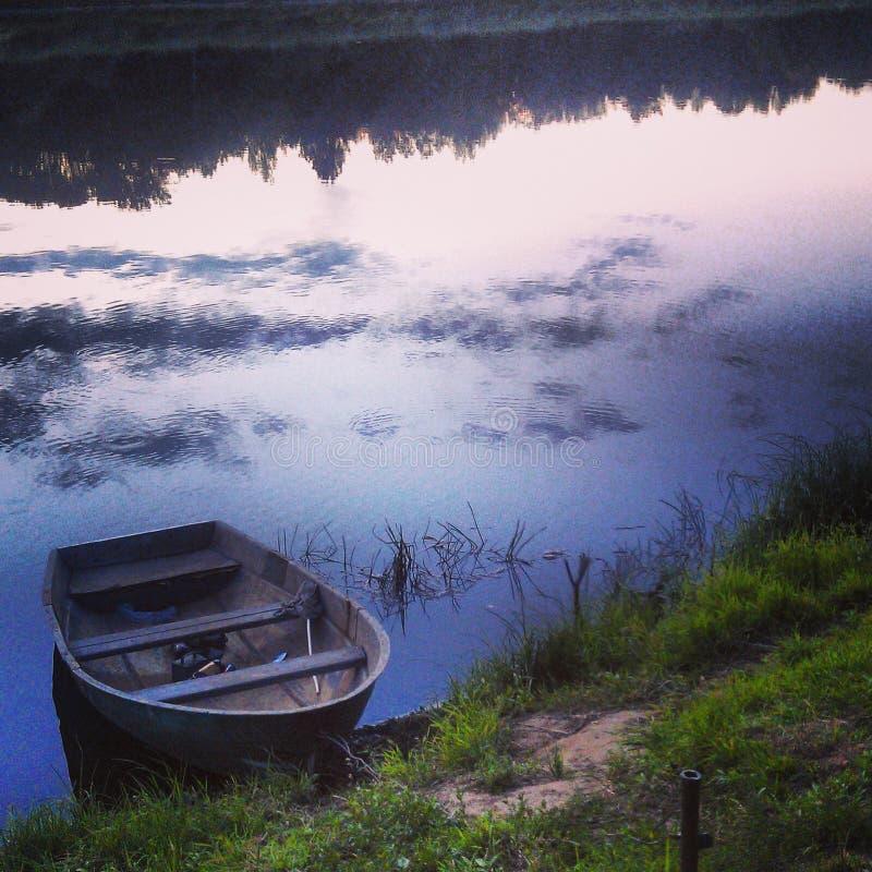 Verlorenes Boot am Abend stockbild