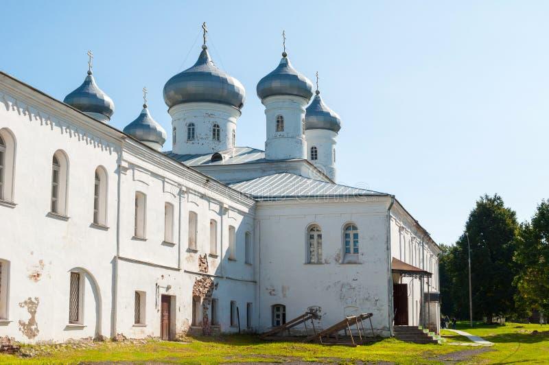 Verlosserkathedraal bij Russisch orthodox Yuriev-Klooster Veliky Novgorod, Rusland stock afbeelding