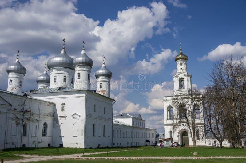 Verlosserkathedraal en klokketoren, Russische orthodoxe Yuriev Monast stock afbeelding