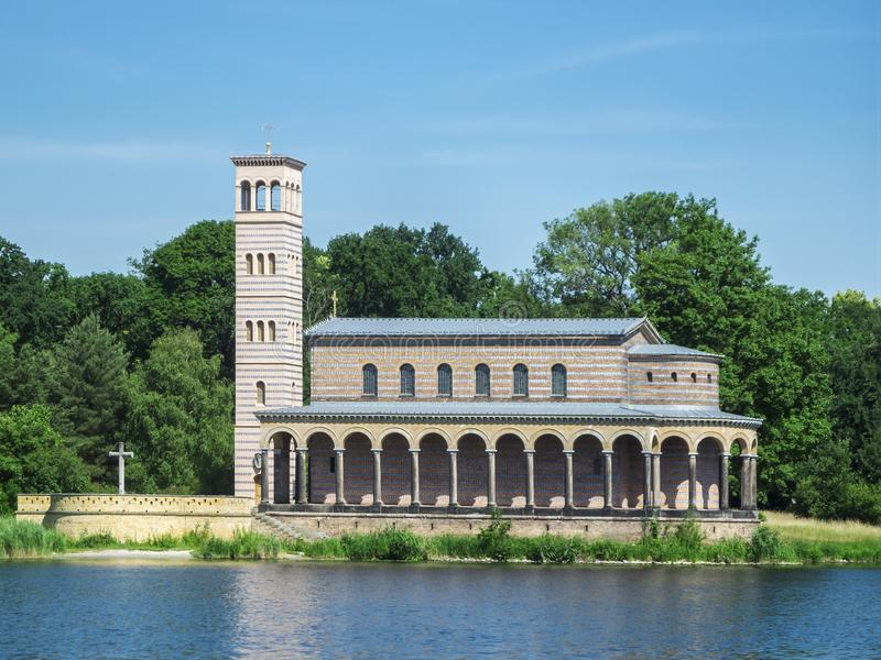Verlosserkerk op de Havel-rivier stock afbeelding