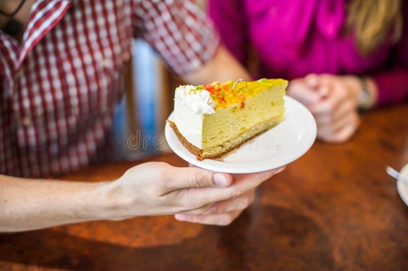 Verlovingsring in de cake royalty-vrije stock foto's