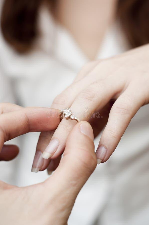 verlovingsring in een vinger stock afbeeldingen