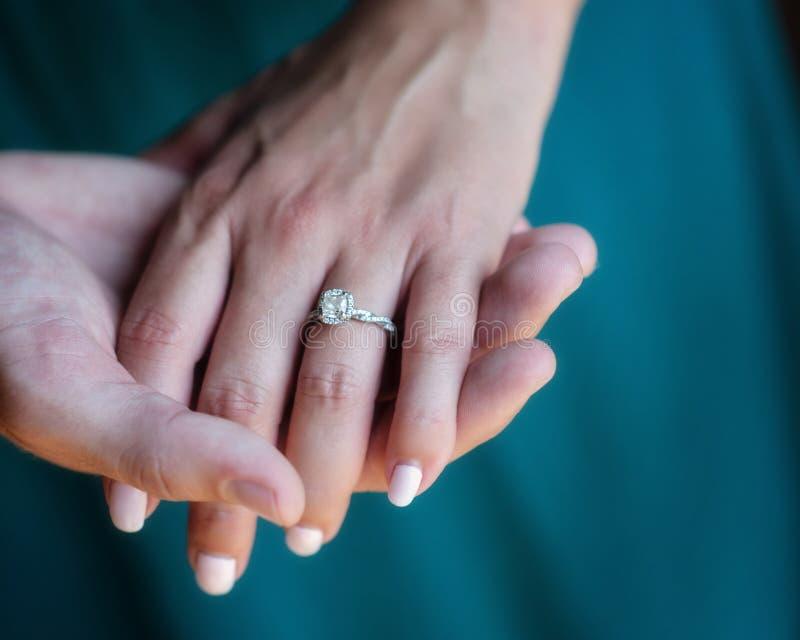 Verlovingsring hand in hand stock afbeeldingen