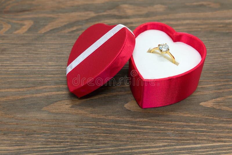 Verlovingsring in hart gevormde doos stock foto's