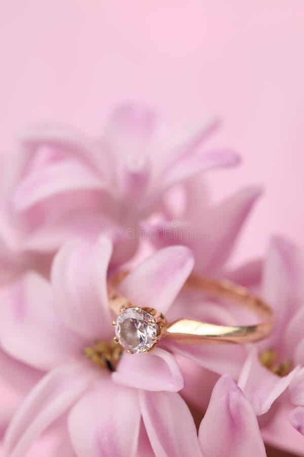 Verlovingsring op hyacint stock afbeeldingen
