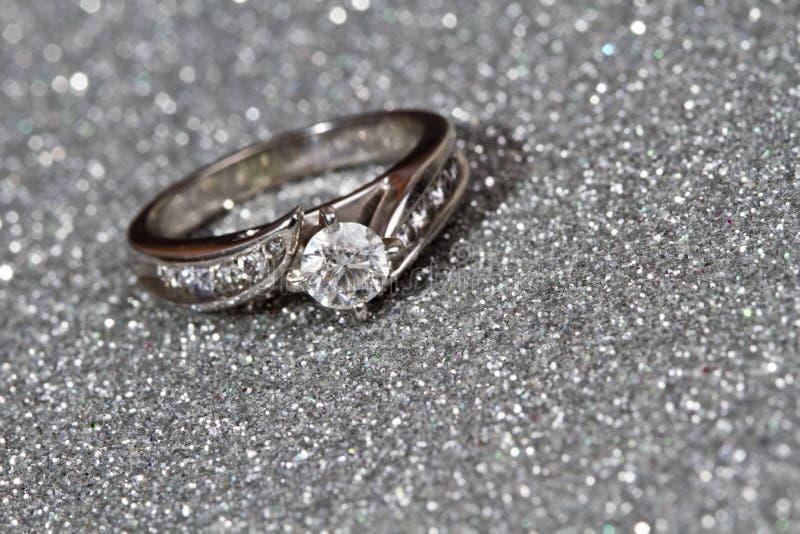 Verlovingsring op zilver stock foto's