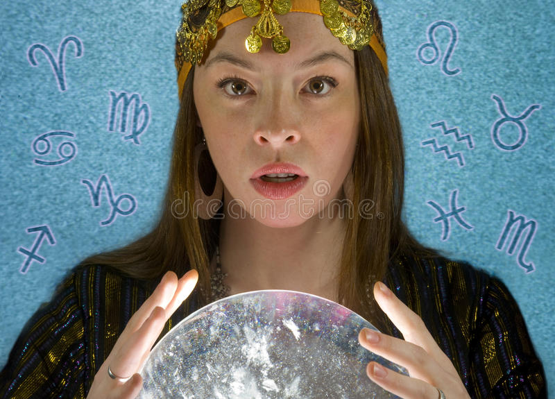Vermögens-Erzähler mit Kristallkugel stockfotos