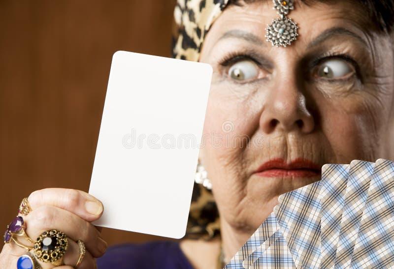 Vermögens-Erzähler mit unbelegter Tarot Karte stockfotografie