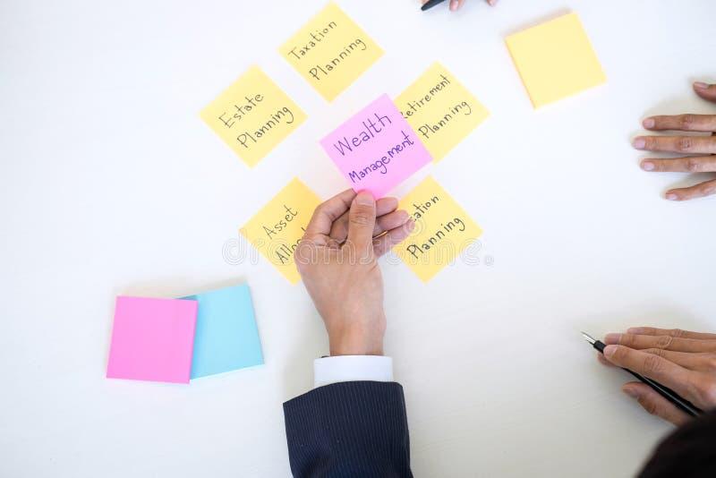 Verm?gensverwaltung und Finanzkonzept, Team der Gesch?ftsbuchhaltung analysierend und Berechnung auf Bewertungsdateninvestmentfon stockfoto