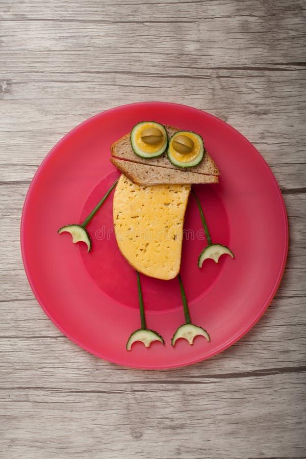 Vermakelijke die kikker van brood en groenten wordt gemaakt stock foto