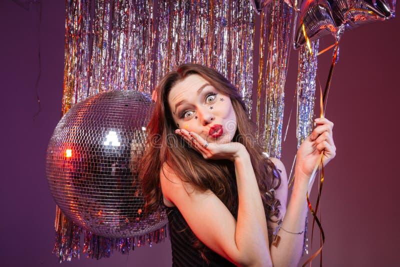 Vermakelijke mooie vrouwenholding ballon en het verzenden van een kus royalty-vrije stock afbeeldingen