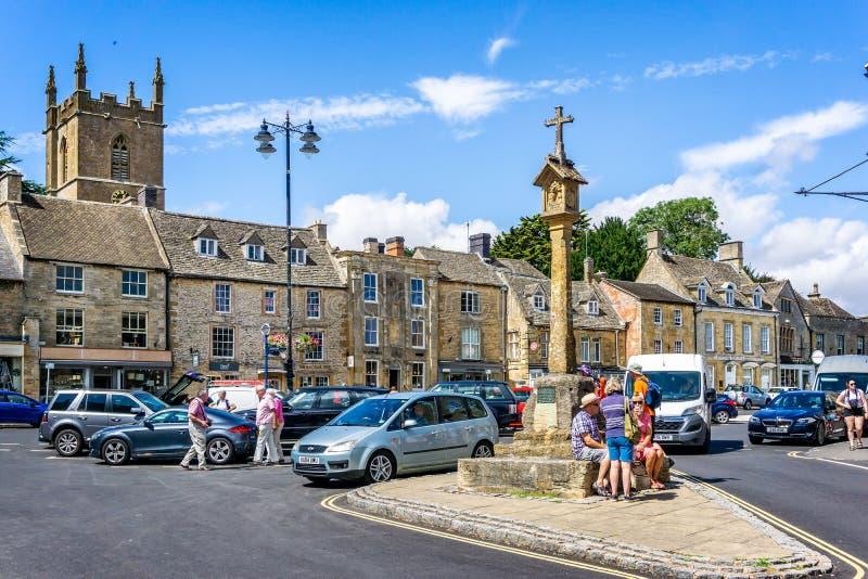 Vermarkten Sie Kreuz in historischer cotswold Stadt des Laderaums auf dem Wold stockbilder