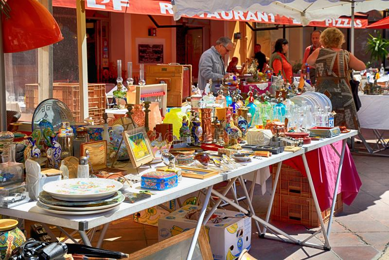 Vermarkten Sie Stall am berühmten Antikmarkt Cours Saleya in Nizza, lizenzfreies stockbild