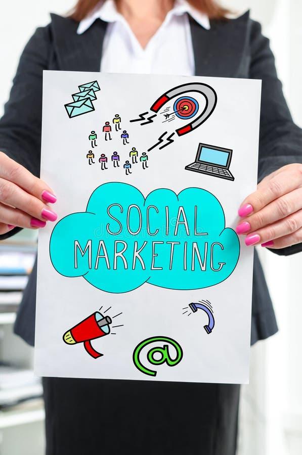 Vermarktendes Sozialkonzept gezeigt von einer Geschäftsfrau lizenzfreie stockfotografie