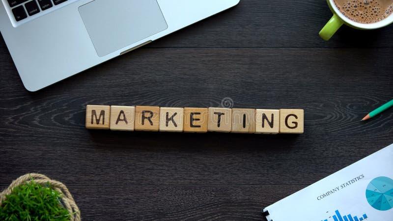 Vermarktendes Wort gemacht von den hölzernen Würfeln, von den neuen kreativen Ideen und von den Zielen, Management lizenzfreies stockfoto