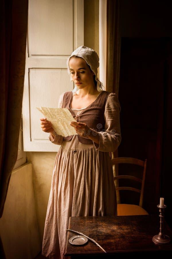 Vermeer kvinna läser kärleksbrev royaltyfria foton