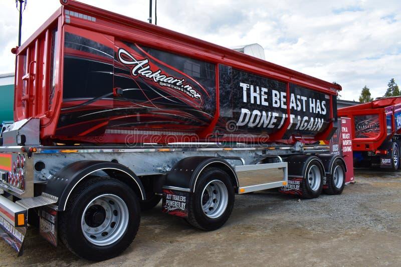Vermelho, caminhão basculante de vista elegante fotografia de stock