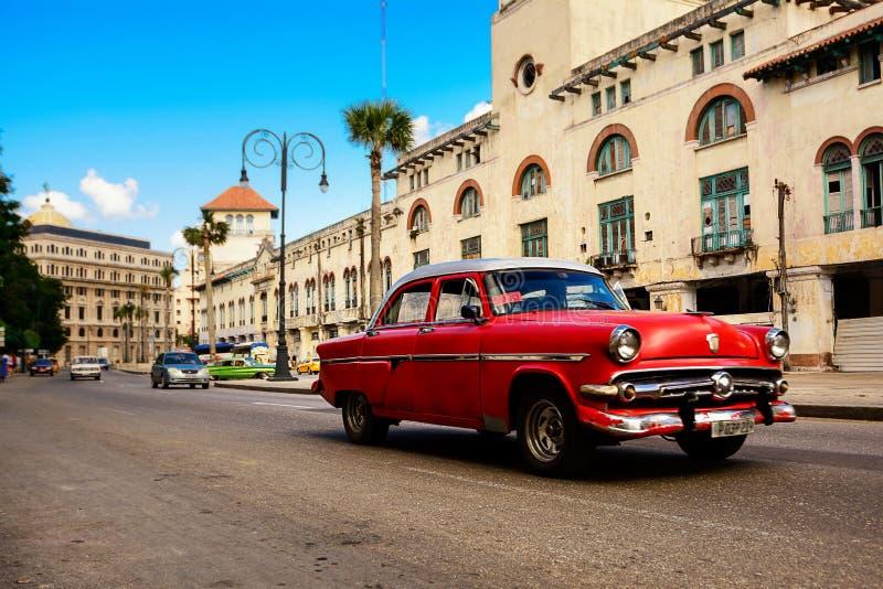 Vermelho, carro clássico americano velho na estrada de Havana Cuba idosa imagem de stock