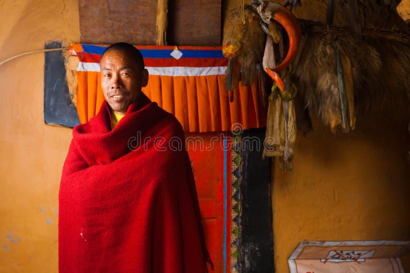Vermelho de sorriso da monge tibetana do monastério de Dhankar fotografia de stock