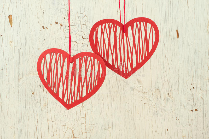 Vermelho dois   corações de papel em uma madeira branca velha imagem de stock